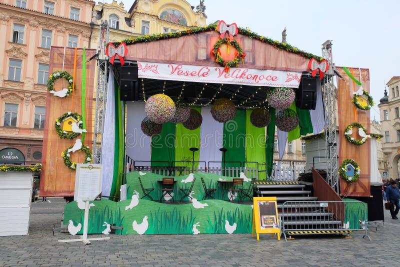Praga, República Checa 27 de marzo de 2018: Celebración de Pascua en la vieja plaza Escena festiva para los conciertos y los func fotos de archivo libres de regalías