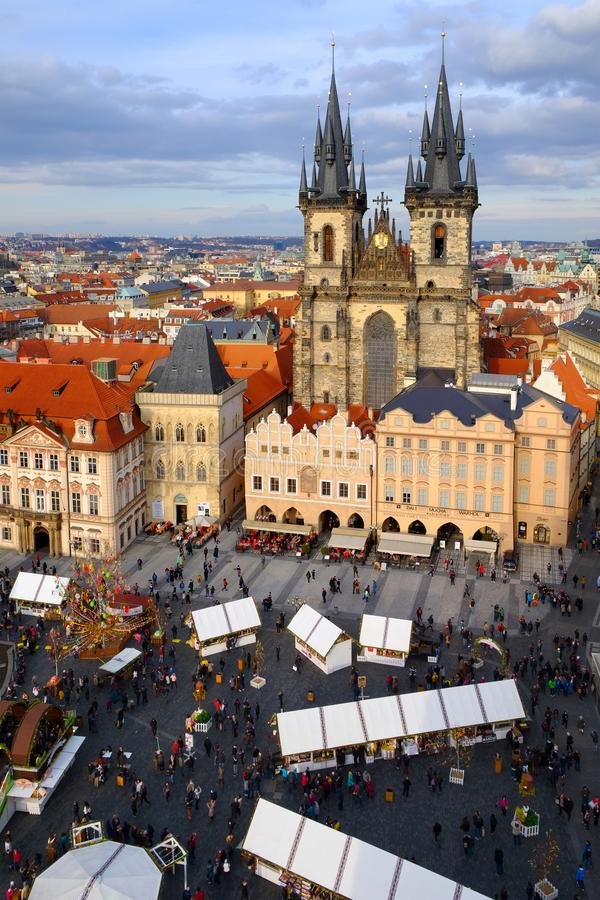 Praga, República Checa 26 de marzo de 2018: Celebración de Pascua en la vieja plaza Opinión superior sobre la iglesia de Tyn foto de archivo libre de regalías