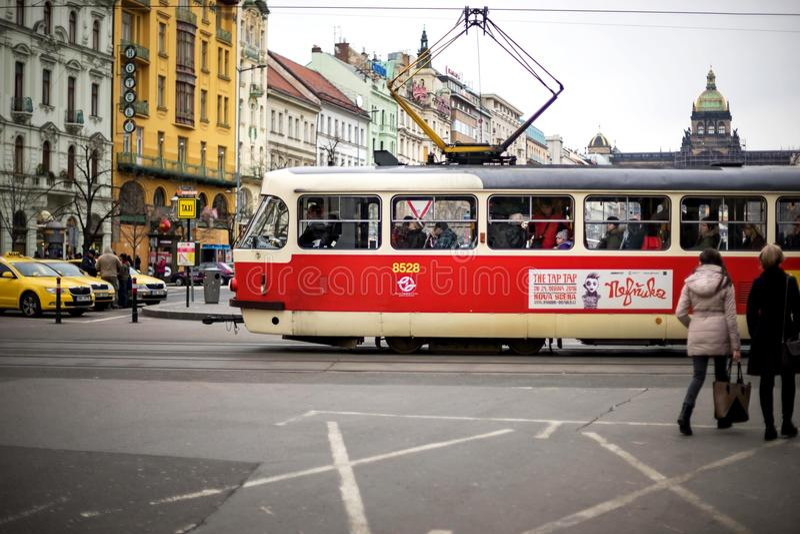 PRAGA, REPÚBLICA CHECA - 5 DE MARZO DE 2016: El desfile de la tranvía de la excursión del vintage va en ciudad vieja en Praga el  imagen de archivo