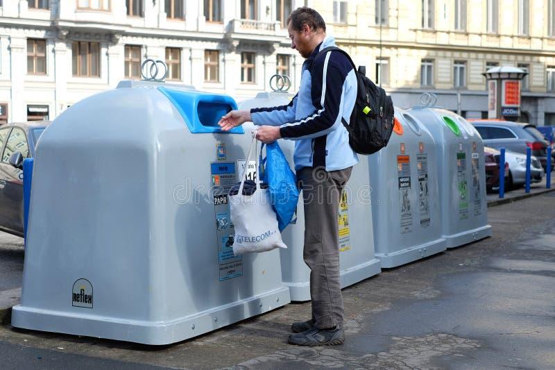 Praga, República Checa 28 de marzo de 2018: La basura que lanza del hombre en la basura que clasifica los tanques Concepto a la p fotos de archivo libres de regalías