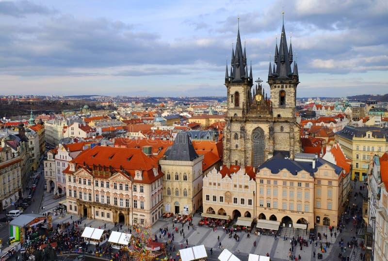 Praga, República Checa 26 de marzo de 2018: La gente celebra Pascua en la vieja plaza Opinión superior sobre la iglesia de Tyn fotografía de archivo