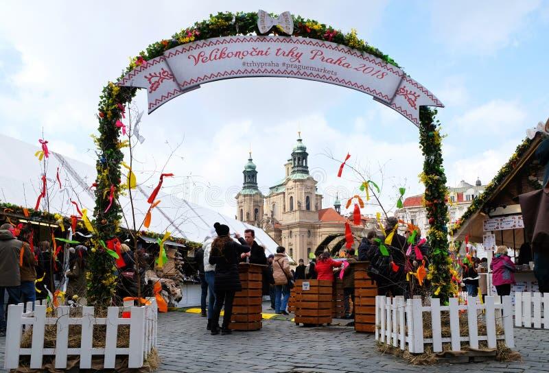 Praga, República Checa 27 de marzo de 2018: La gente es celebra pascua en la vieja plaza Opinión sobre una iglesia de San Nicolás imagen de archivo libre de regalías