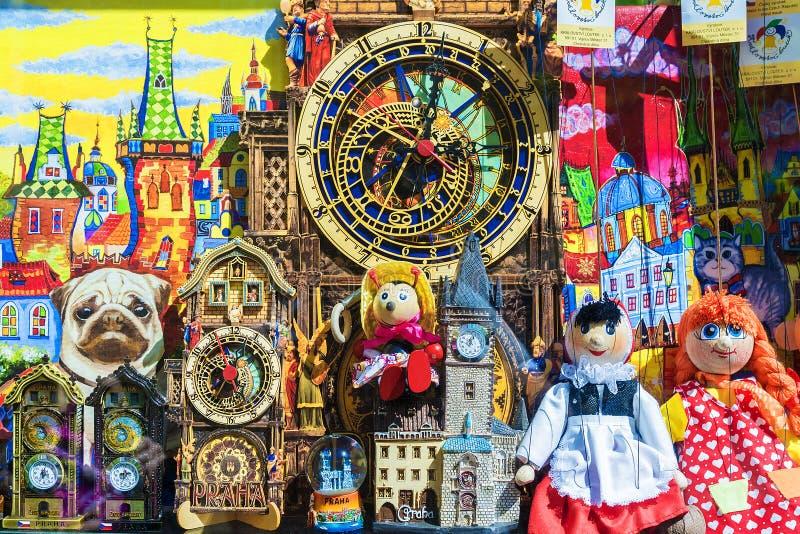 PRAGA, REPÚBLICA CHECA - 15 DE MAYO: Escaparate de la tienda de souvenirs en las RRPP imagen de archivo