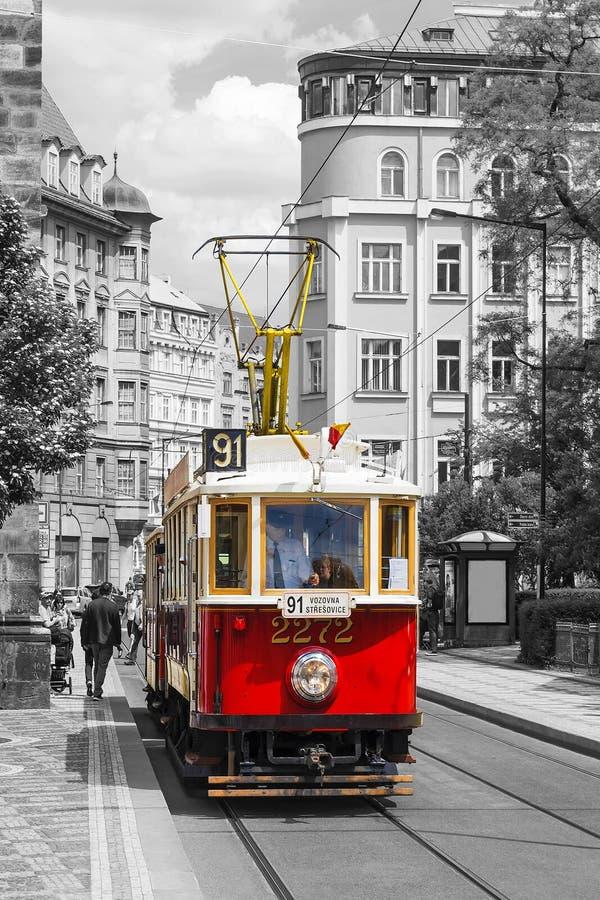 PRAGA, REPÚBLICA CHECA - 22 DE MAYO DE 2016: Tranvía roja del vintage en el o imagen de archivo
