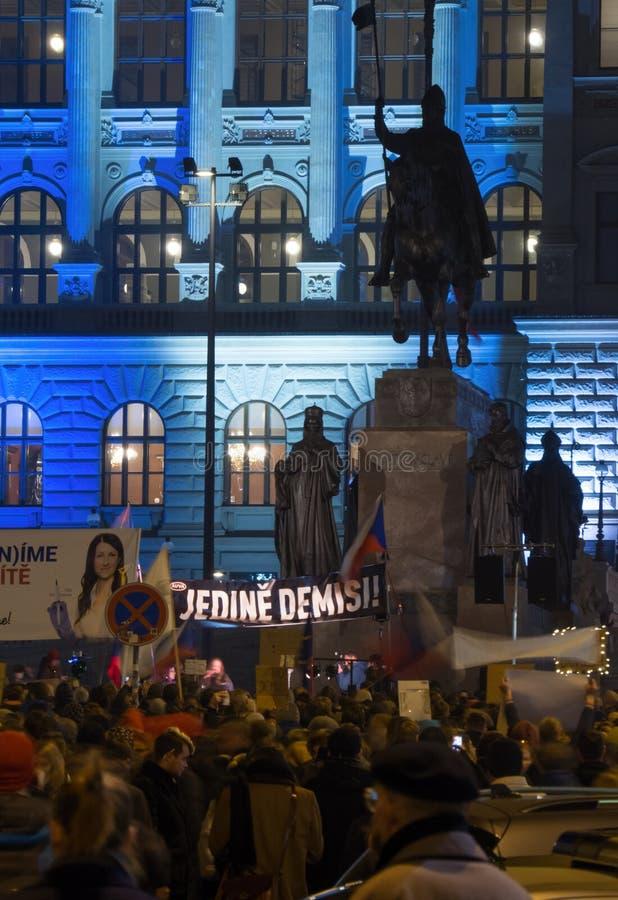 PRAGA, REPÚBLICA CHECA - 15 DE NOVEMBRO DE 2018: Em Wenceslas Square, o milhares de pessoas recolheu a exigência da renúncia de p imagens de stock royalty free