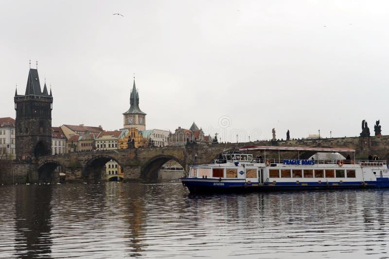 PRAGA, REPÚBLICA CHECA - 27 DE NOVIEMBRE DE 2012: Puente de Charles - puente medieval en Praga sobre el río Moldava Se adorna con fotos de archivo libres de regalías