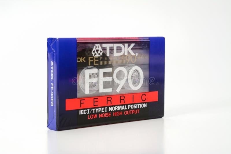 PRAGA, REPÚBLICA CHECA - 29 DE NOVIEMBRE DE 2018: FE compacto audio 90 de TDK del casete férrico Casete audio en un fondo blanco, imagen de archivo libre de regalías