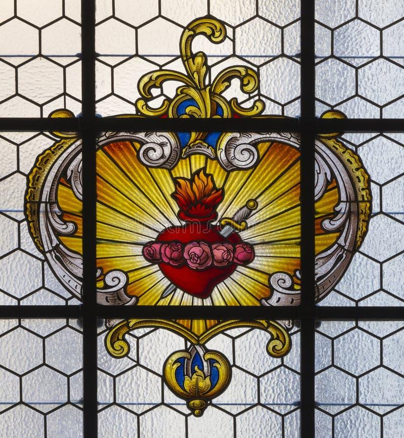 PRAGA, REPÚBLICA CHECA - 16 DE OCTUBRE DE 2018: El corazón barroco de la Virgen María en el vitral en el kostel Svatého Havla de imagen de archivo