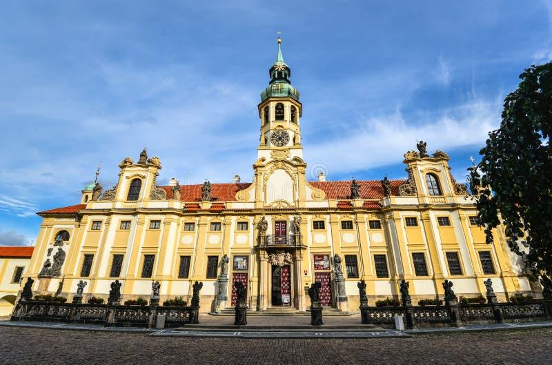 Praga, República Checa - 12 de octubre de 2017: La Praga Loreto es un monumento histórico barroco notable, un lugar del peregrina fotos de archivo