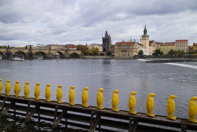 Praga, República Checa - 9 de octubre de 2017: Pingüino plástico amarillo fotos de archivo