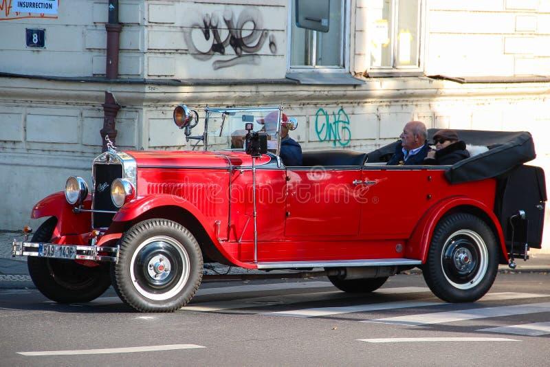 PRAGA, REPÚBLICA CHECA - 24 de outubro de 2015: Carro vermelho de Praga usado para excursões sightseeing nas ruas de Praga , repú fotografia de stock royalty free