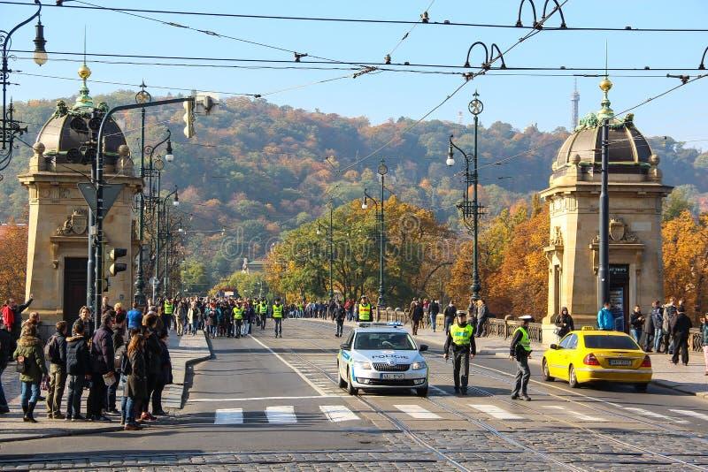 PRAGA, REPÚBLICA CHECA - 24 de outubro de 2015: Demonstração em Praga, ponte República Checa da legião, o 24 de outubro de 2015 imagem de stock