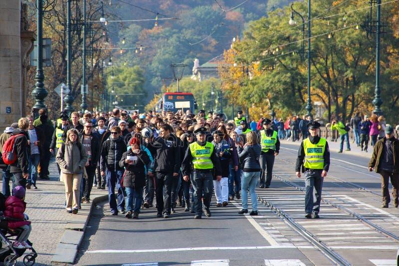 PRAGA, REPÚBLICA CHECA - 24 de outubro de 2015: Demonstração em Praga, ponte República Checa da legião, o 24 de outubro de 2015 imagens de stock