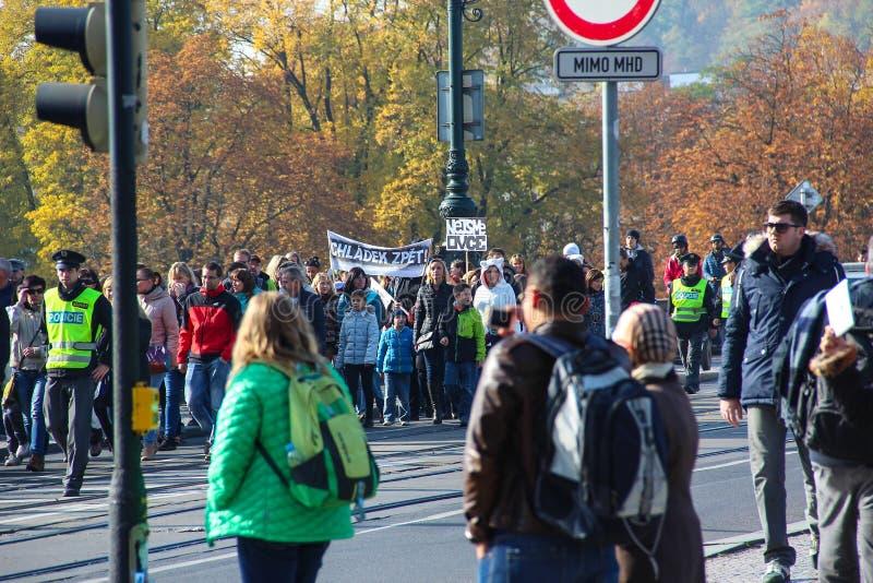PRAGA, REPÚBLICA CHECA - 24 de outubro de 2015: Demonstração em Praga, ponte República Checa da legião, o 24 de outubro de 2015 fotos de stock