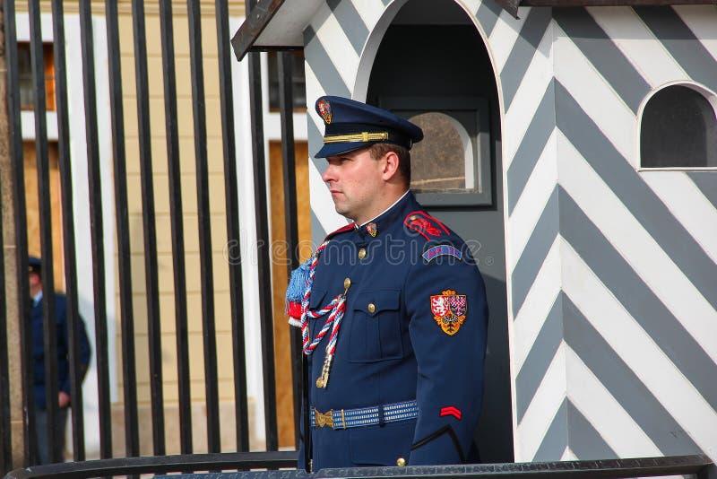 PRAGA, REPÚBLICA CHECA - 26 de outubro de 2015: Soldado do protetor do castelo de Praga da elite na frente da entrada do castelo  imagem de stock