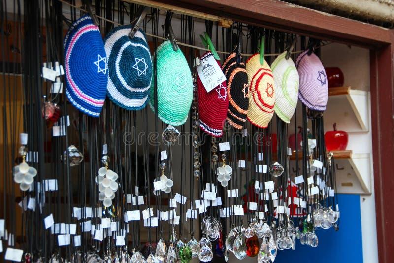 PRAGA, REPÚBLICA CHECA - 24 de outubro de 2015: Tampões religiosos judaicos feitos malha (yarmulke) foto de stock