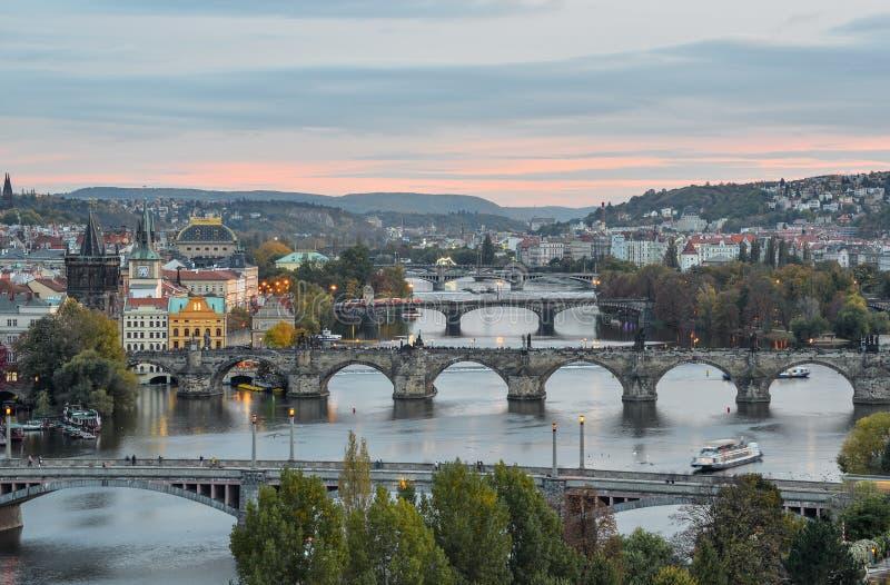 Praga, República Checa - 6 de outubro de 2017: Vista lindo no centro da cidade de Praga, no rio de Vltava e na cascata das pontes imagem de stock