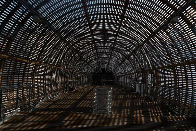 Praga, República Checa - 10 de septiembre de 2019: DOX, galería de Praga del arte contemporáneo, interior del dirigible de Gulive imagen de archivo