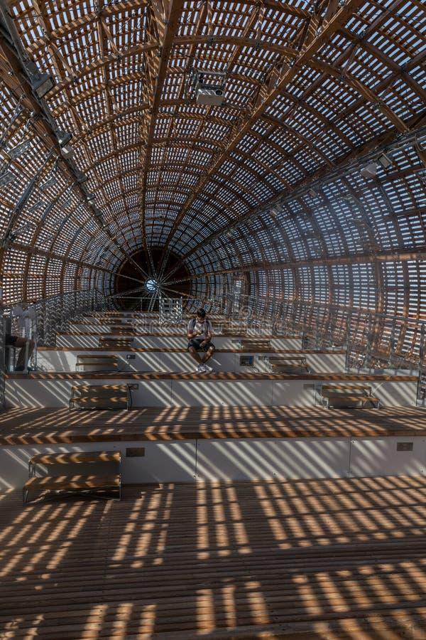 Praga, República Checa - 10 de septiembre de 2019: DOX, galería de Praga del arte contemporáneo, interior del dirigible de Gulive fotos de archivo libres de regalías