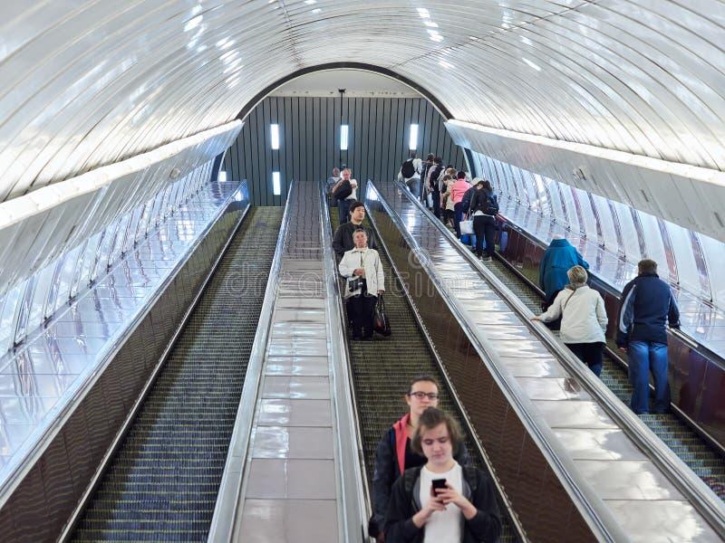 PRAGA, REPÚBLICA CHECA - 4 DE SEPTIEMBRE DE 2017 Escaleras móviles en la estación de metro de Praga, Praga, República Checa fotos de archivo libres de regalías
