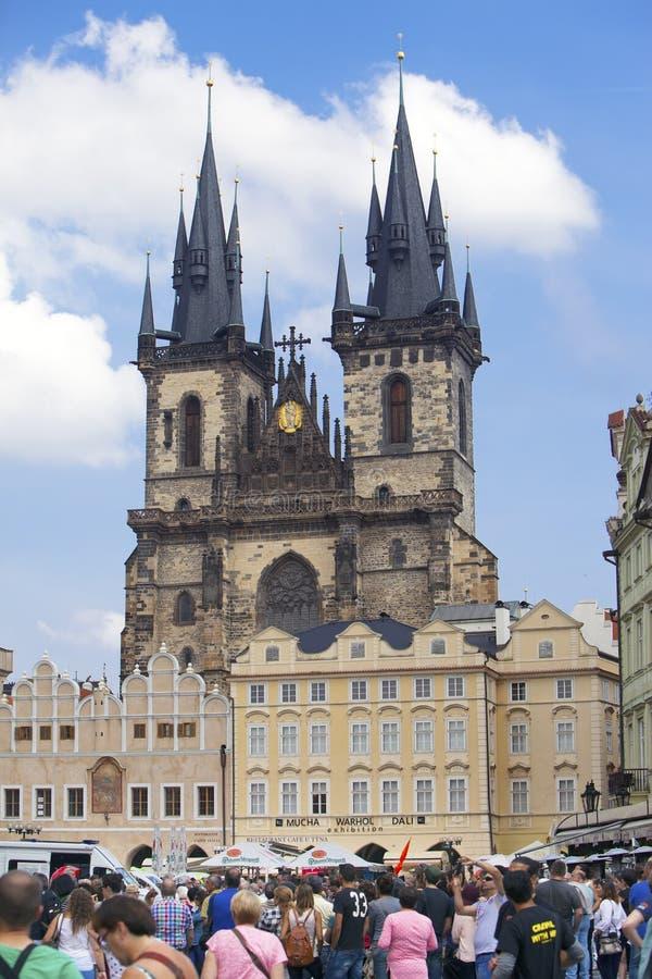 PRAGA, REPÚBLICA CHECA - 15 DE SEPTIEMBRE DE 2014: los turistas caminan en ayuntamiento en Praga, República Checa fotografía de archivo libre de regalías