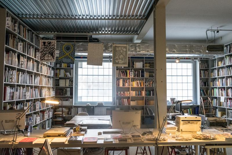 Praga, República Checa - 10 de septiembre de 2019: oficina espaciosa por completo de los libros en DOX, galería de Praga del arte foto de archivo