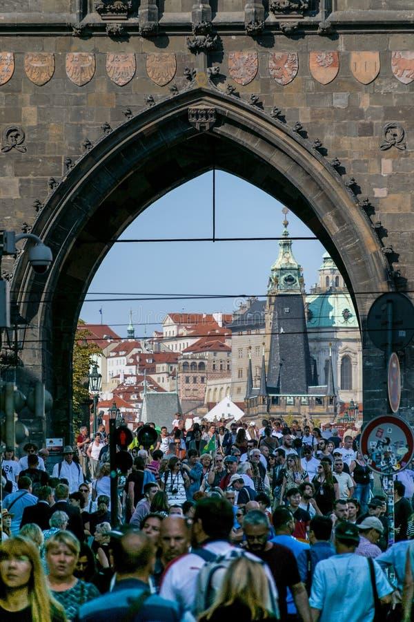Praga, República Checa - 10 de septiembre de 2019: Puerta del puente de Charles apretada con los turistas durante el día imágenes de archivo libres de regalías
