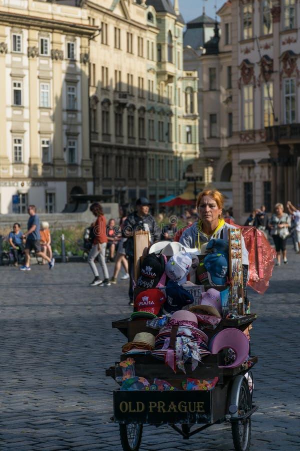 Praga, República Checa - 10 de setembro de 2019: A mulher do vendedor ambulante com um carro dos souvernirs vende remenbrances no foto de stock royalty free
