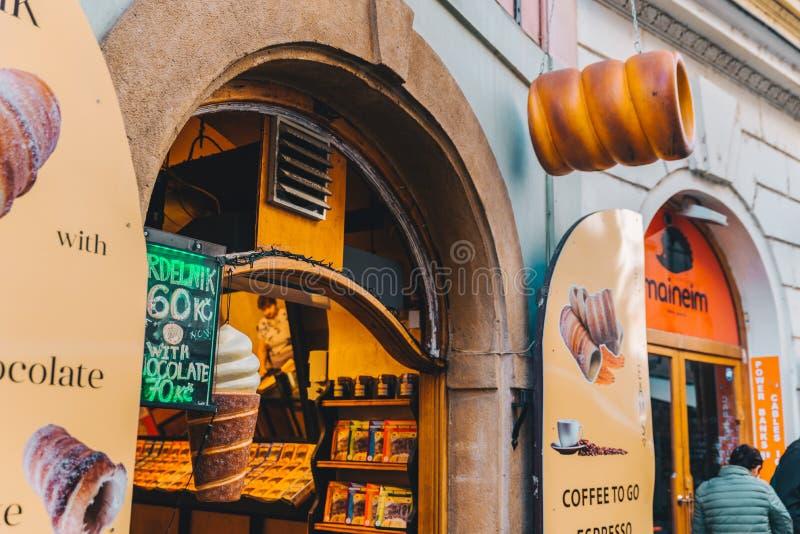 PRAGA, REPÚBLICA CHECA - 22 de setembro de 2018: trdlo checo nacional do alimento na loja imagens de stock