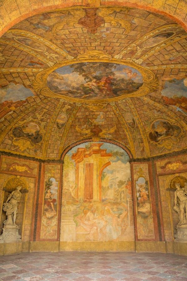 Praga, República Checa - 25 08 2018: Dentro de Sala Terrena maravillosamente pintada y adornada en el jardín de Vrtba o imagen de archivo