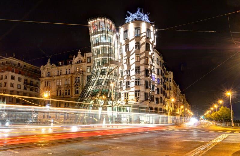 Praga, República Checa, el 22 de abril de 2019 - casa de baile por la tarde, las luces de coches imagen de archivo libre de regalías