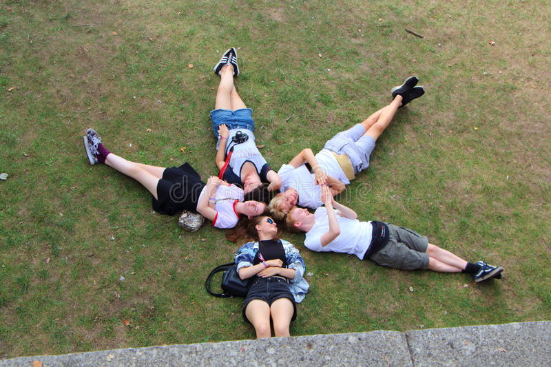 PRAGA - REPÚBLICA CHECA, EL 15 DE AGOSTO Â: Adolescentes que se relajan en un parque en Praga, el 15 de agosto de 2016 fotos de archivo libres de regalías