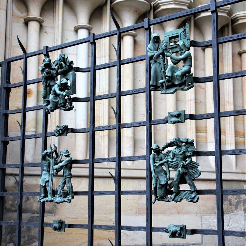 Praga, República Checa, em janeiro de 2015 As figuras antigas forjadas de sinais do zodíaco não são estrutura da catedral de St V imagem de stock