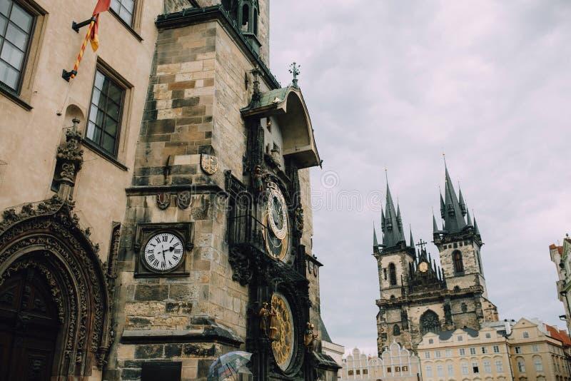 Praga, República Checa - em maio de 2014 Praça da cidade velha Uma vista do pulso de disparo astronômico, da câmara municipal e d imagens de stock