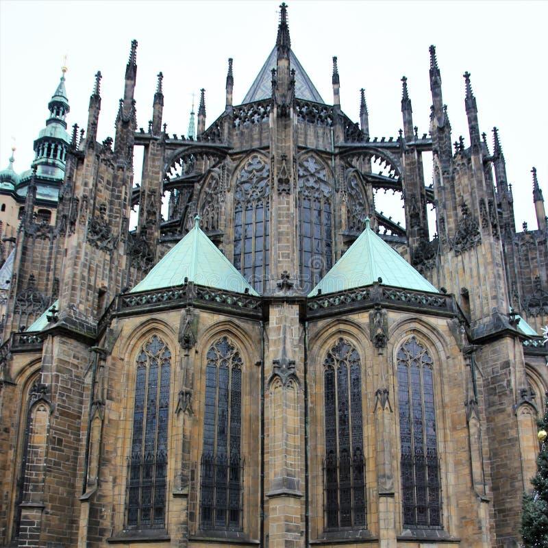 Praga, República Checa, enero de 2015 La catedral católica de St Vitus cerca del palacio real en la ciudad vieja foto de archivo