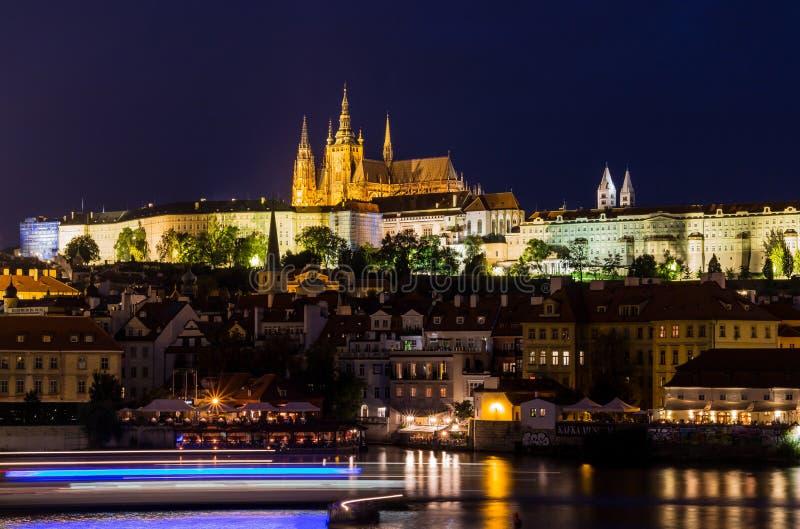 Praga, República Checa Foto da noite de Charles Bridge, do castelo e de construções históricas imagem de stock