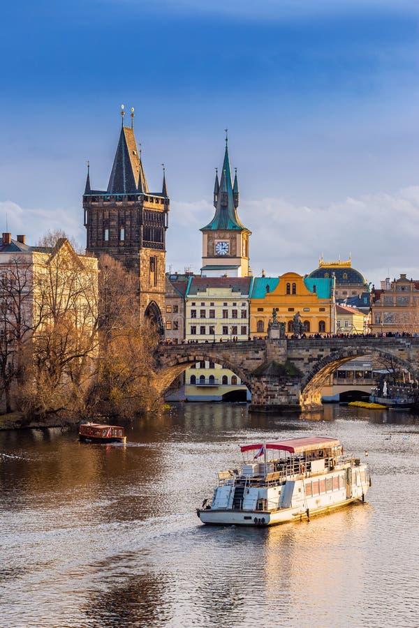 Praga, República Checa - Hermosa puesta de sol dorada y cielo azul en el mundialmente famoso Puente Carlos más Karluv imágenes de archivo libres de regalías