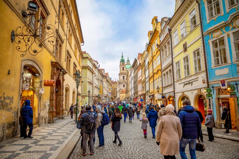 Praga, República Checa - 6 01 2019: Igreja do Saint Nicolas ou do svateho Mikulase do kostel, vista da rua do mostecka com imagem de stock