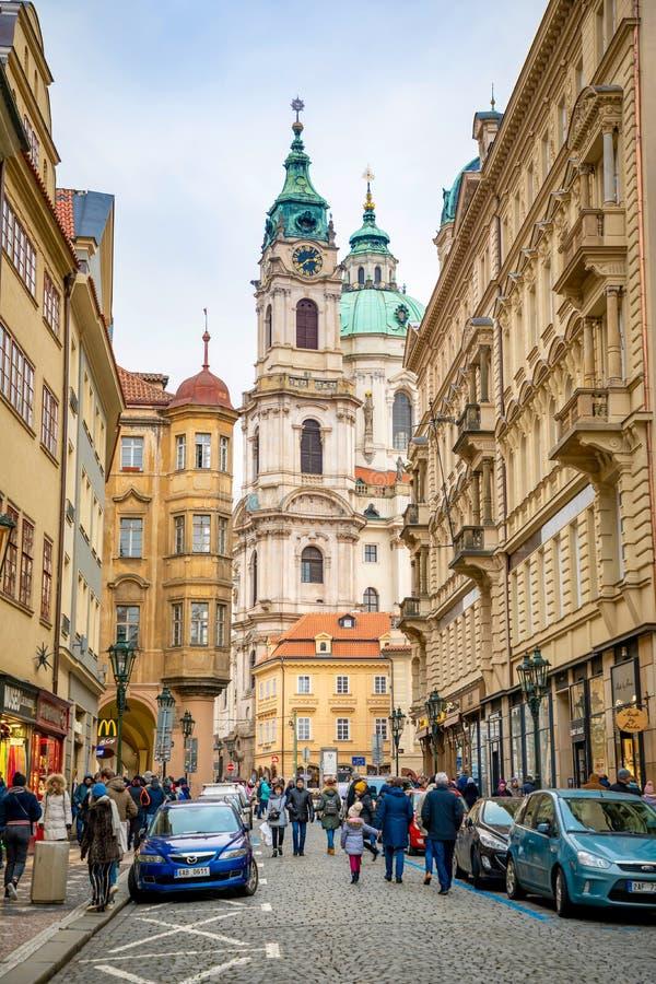 Praga, República Checa - 6 01 2019: Igreja do Saint Nicolas ou do svateho Mikulase do kostel, vista da rua do mostecka com imagem de stock royalty free
