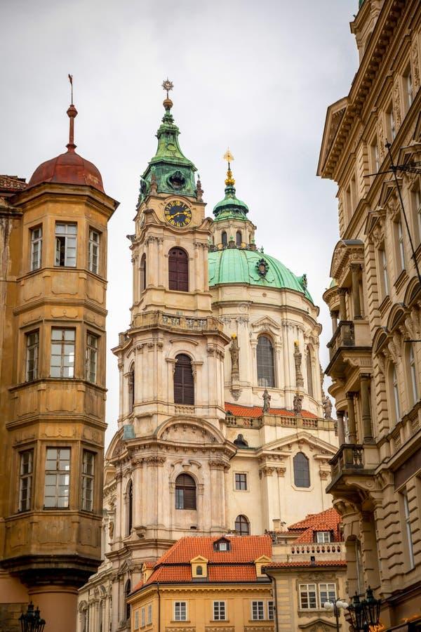 Praga, República Checa - 6 01 2019: Igreja do Saint Nicolas ou do svateho Mikulase do kostel, vista da rua do mostecka com foto de stock