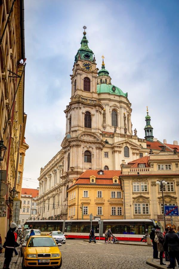 Praga, República Checa - 6 01 2019: Igreja do Saint Nicolas ou do svateho Mikulase do kostel, vista da rua do mostecka com fotografia de stock