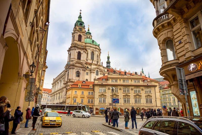 Praga, República Checa - 6 01 2019: Igreja do Saint Nicolas ou do svateho Mikulase do kostel, vista da rua do mostecka com fotos de stock royalty free