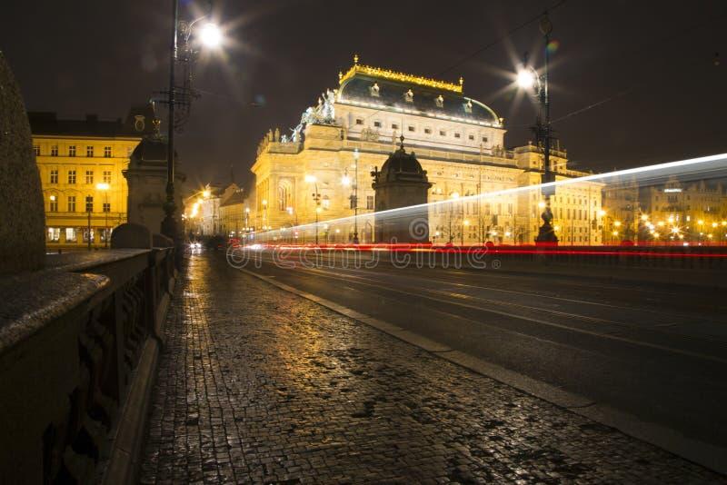 Praga, República Checa los coches están moviendo encendido el puente en Praga foto de archivo