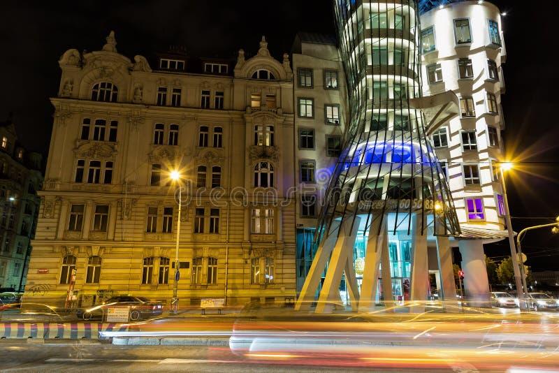 PRAGA, REPÚBLICA CHECA - MAYO DE 2017: La casa del baile en Praga en la noche con la luz del coche se arrastra fotografía de archivo
