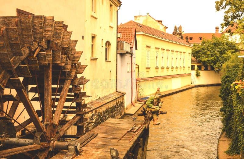 Praga, República Checa, molino de agua en la isla de Kampa imagenes de archivo