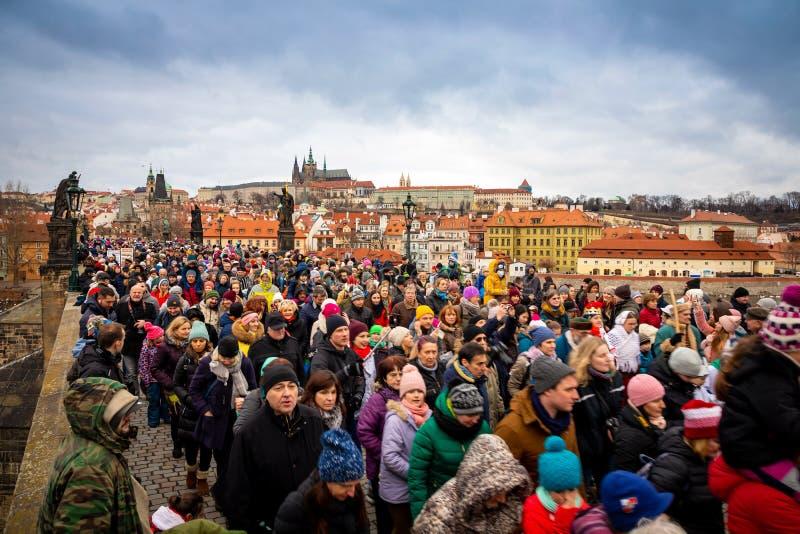 Praga, República Checa - 6 01 2019: Muitos povos em Charles Bridge no dia de inverno em Praga, República Checa foto de stock