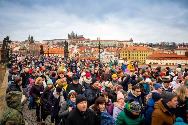 Praga, República Checa - 6 01 2019: Muitos povos em Charles Bridge no dia de inverno em Praga, República Checa imagens de stock