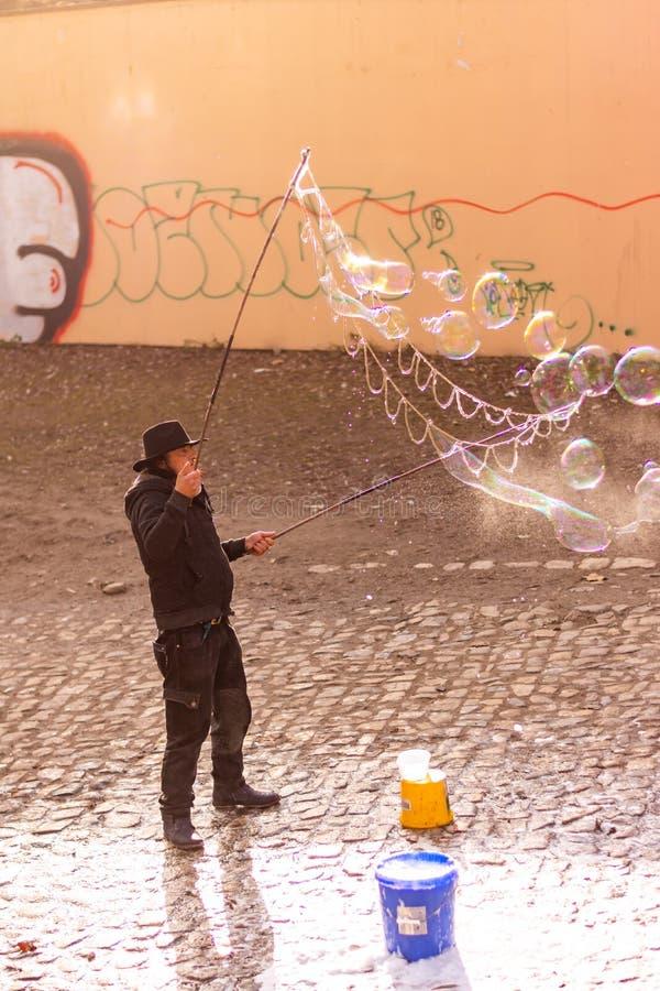 Praga, República Checa - 8 12 2018: O artista da bolha está fazendo bolhas de sabão na rua da cidade de Praga fotografia de stock