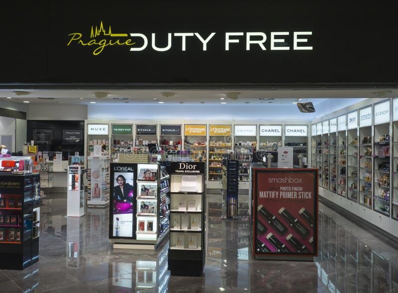 PRAGA, REPÚBLICA CHECA, o 21 de setembro de 2018: A loja isenta de direitos aduaneiros vazia de Praga no aeroporto com perfume fa imagens de stock