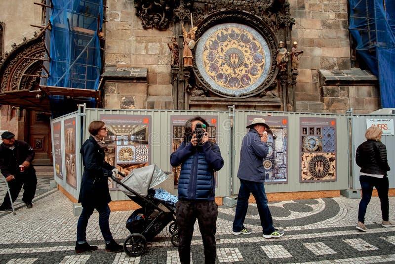 Praga, República Checa, o 15 de setembro de 2017: turistas dos povos na frente da torre de pulso de disparo astronômica foto de stock